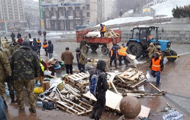 На Майдане разобрали последнюю палатку