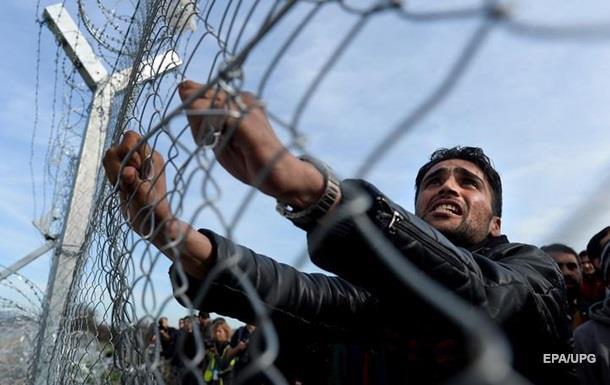 Мигранты прорвали заграждение на границе Македонии