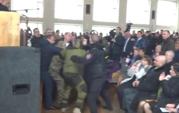 На Черкащині з бійкою оголосили меру імпічмент