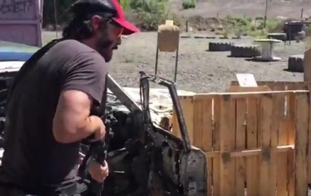 Киану Ривз показал мастерское владение оружием