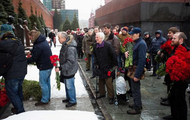 Годовщина смерти Сталина: россияне несут цветы