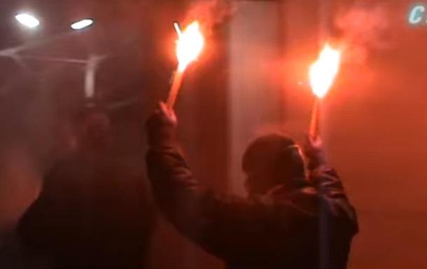 Посольство России в Киеве забросали файерами