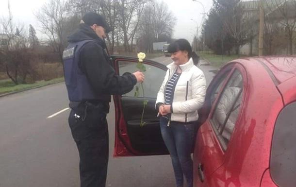 Патрульні Закарпаття 8 березня дарували дівчатам троянди