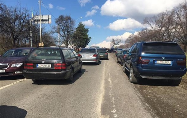 На Закарпатті десятки водіїв заблокували КПП