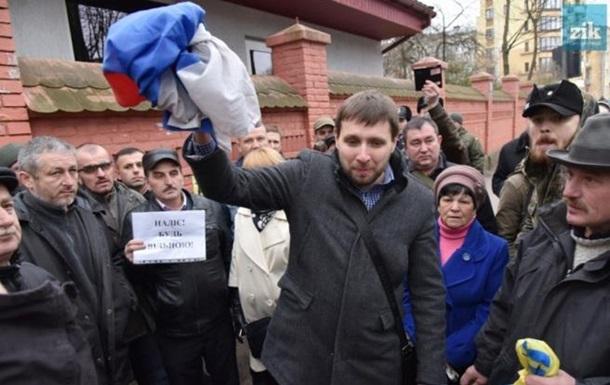 Москва відреагувала на зірваний Парасюком прапор