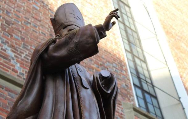 На Львовщине памятнику Папе Римскому отпилили руку