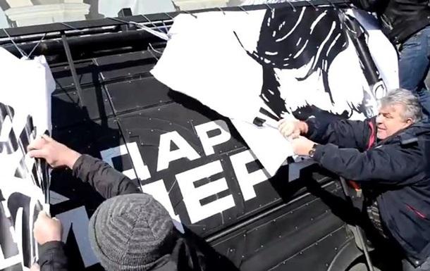 В Одесі мітингувальники розгромили мікроавтобус Дарта Вейдера