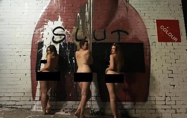 Девушки позируют голыми возле мурала с селфи Кардашьян