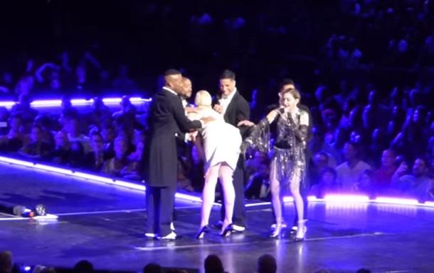 Мадонна на сцені нашльопала актрису Гри престолів