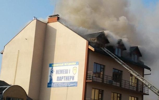 У центрі Ужгорода горить чотириповерховий будинок