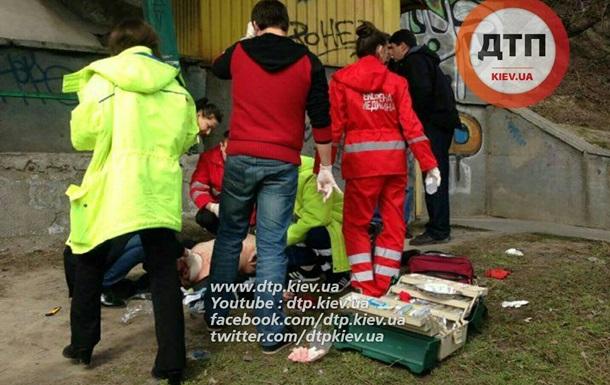 У Києві на вулиці знайшли повішеного чоловіка