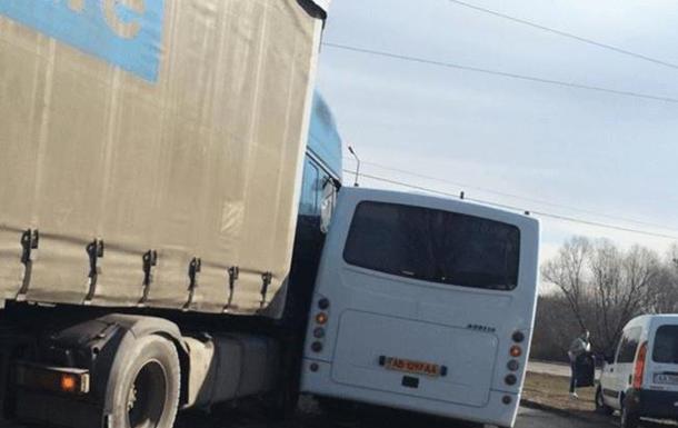 У Києві маршрутка з людьми зіштовхнулася з фурою