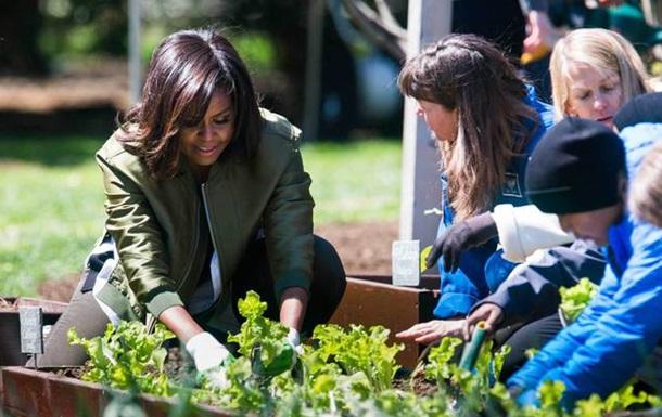 Дружина Обами посадила овочі на грядці Білого дому