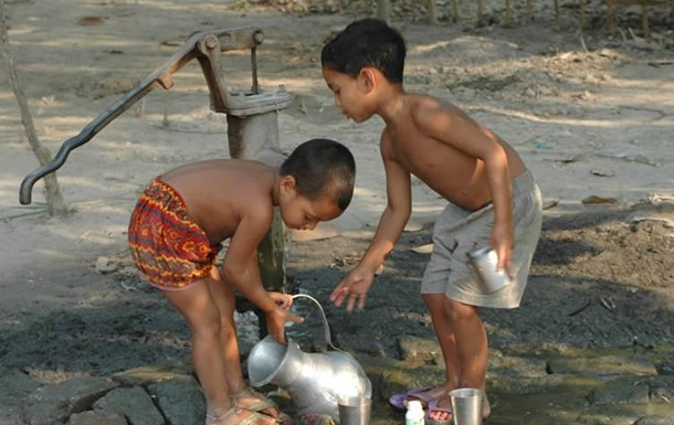 the environmental issue of the presence of arsenic in the drinking water of bangladesh In bangladesh, the main issues surrounding water quality are microbial pathogens, arsenic (as) in groundwater and salinity although a significant issue, bacterial contamination of water is not.