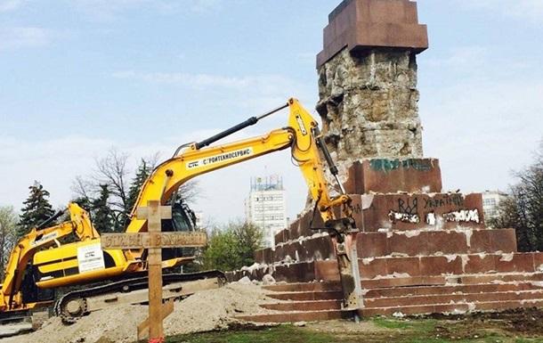В Харькове сносят постамент самого большого Ленина