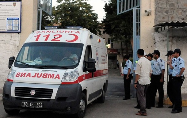 В Турции автомобиль со взрывчаткой въехал в жандармерию