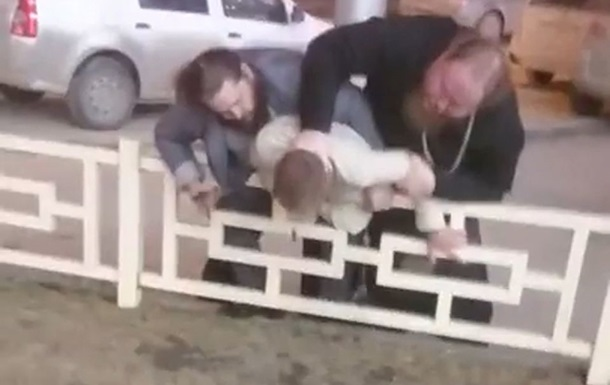 У РФ батюшка побив хрестом водія через паркомісце