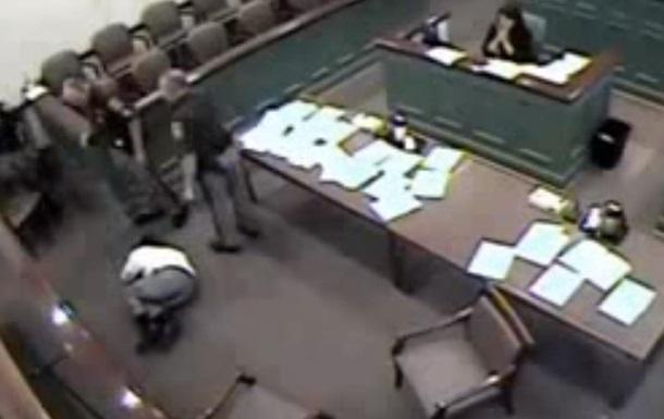 Судья в США велел  успокоить  подсудимого шокером