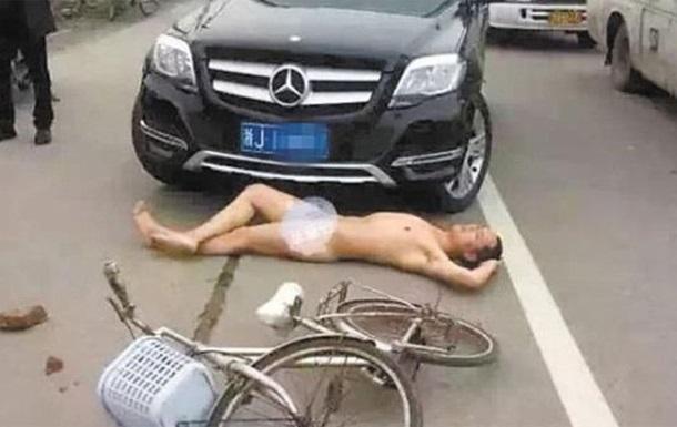 Голый китаец бросился под Mercedes ради компенсации