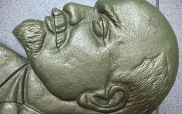 На Львовщине мужчина украл два барельефа Ленина