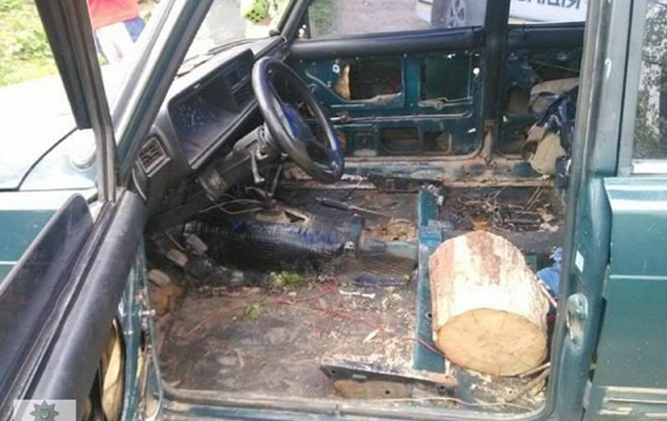 Поліція зупинила водія на дерев яній колоді