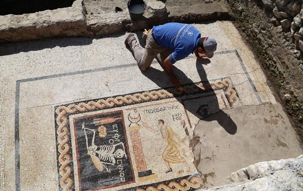 Веселись, насолоджуйся життям : археологи знайшли незвичайну мозаїку