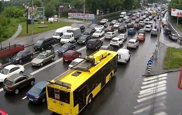 Центр Києва стоїть в заторах через 14 ДТП