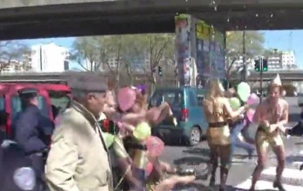 Femen разделись на Первомае у Ле Пен