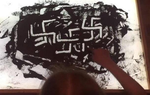 Сеть обсуждает девочку, рисующую  прахом ветерана