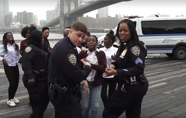 Флешмоб заставил танцевать полицию по всему миру