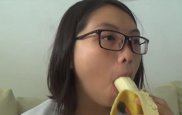 В Китае запретили эротическое поедание бананов на видео