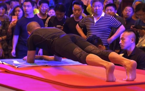 Китаец-полицейский установил мировой рекорд по планкингу