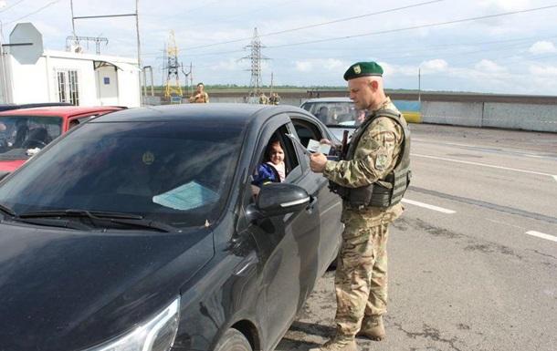 З ранку на Донбасі тисячні черги на блокпостах