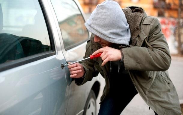 Львів: автомобіль викрали, виштовхавши звідти жінку з дитиною