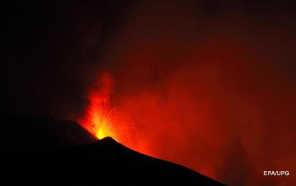 Найвищий вулкан в Європі почав своє виверження