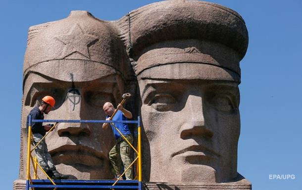 У Києві залишилося декомунізувати ще п ять пам ятників