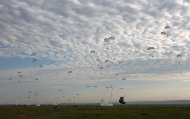 Минобороны показало массовое десантирование с Ан-26
