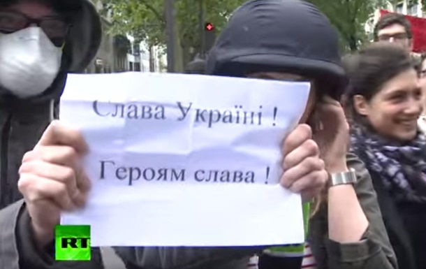 У Франції плакатом  Слава Україні  зірвали ефір Russia Today