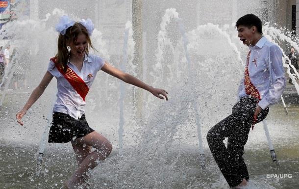 В Днепре выпускникам школ разрешили купаться в фонтанах