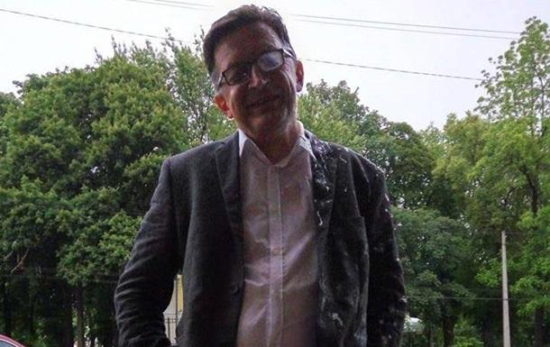 Російського блогера облили кефіром в Києві
