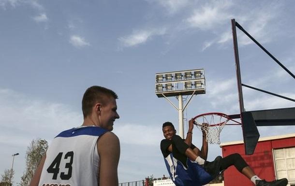 НБА. Порзингис и Адетокунбо сыграли в стритбол в Афинах