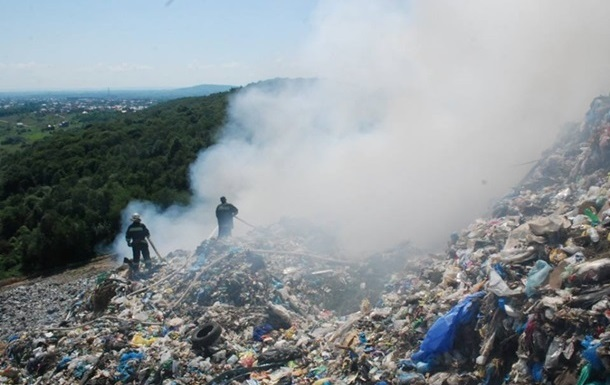 Поиски спасателей под завалом мусора возле Львова приостановлены