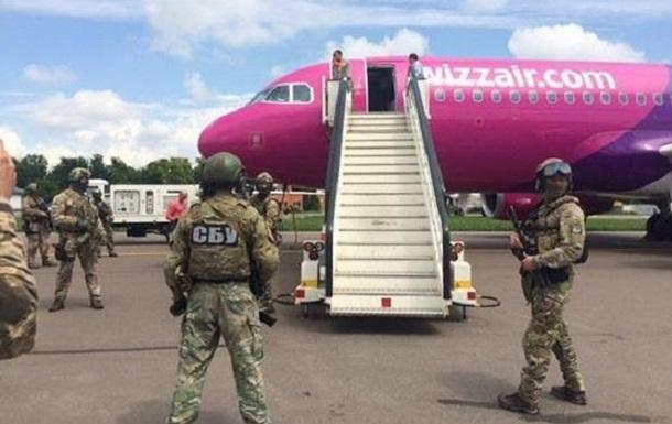 Літак у Жулянах  замінували  п яні пасажири