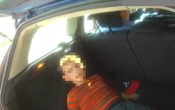 Патрульні затримали авто з дитиною в багажнику