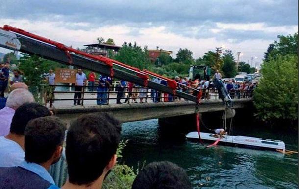 В Турции автобус упал в водоканал: 14 погибших