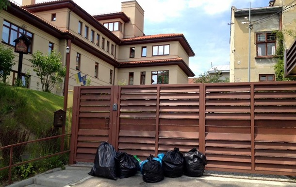 Під особняк Садового поставили пакети зі сміттям