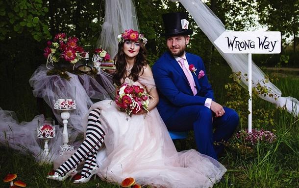 Пара відзначила весілля в стилі  Аліси в Країні чудес