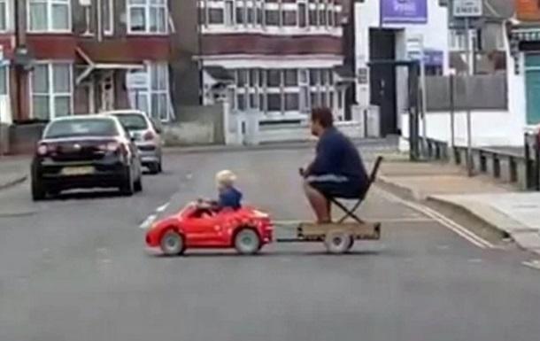 Сеть рассмешил мальчик, везущий отца на игрушечном авто