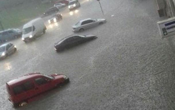 Сильна злива в Чернівцях затопила залізничний вокзал