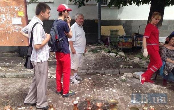 В Киеве на прохожих упал карниз здания
